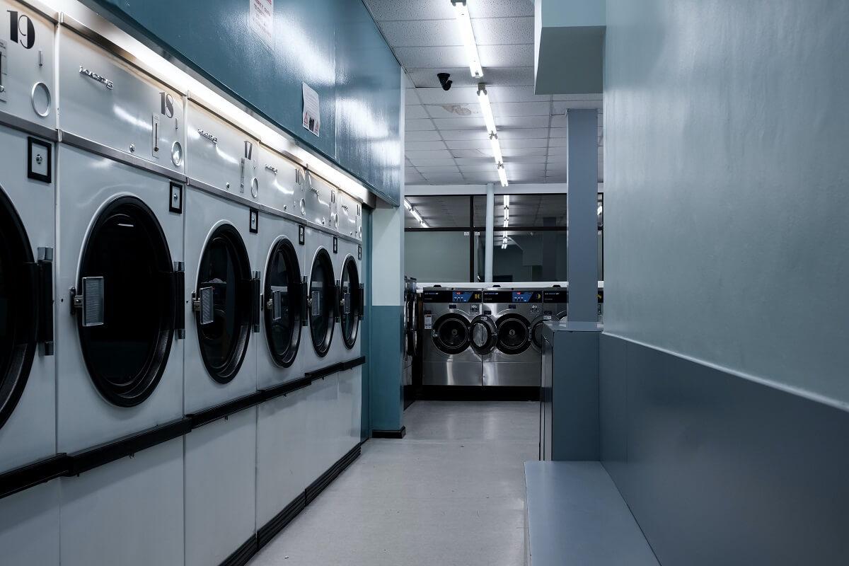 machines dans une laverie automatique