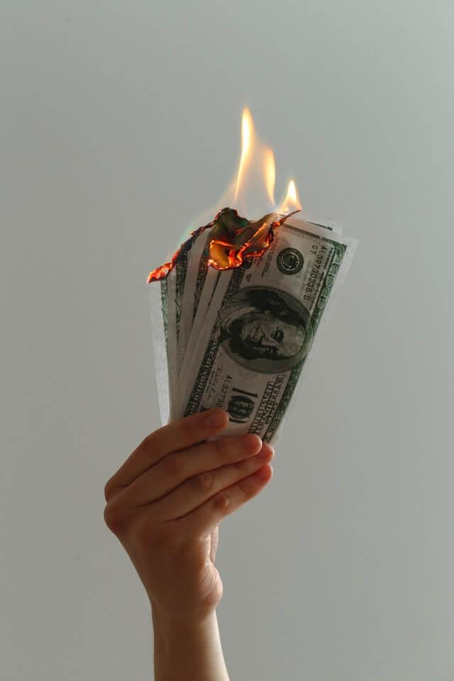 Billets de banque qui brûlent