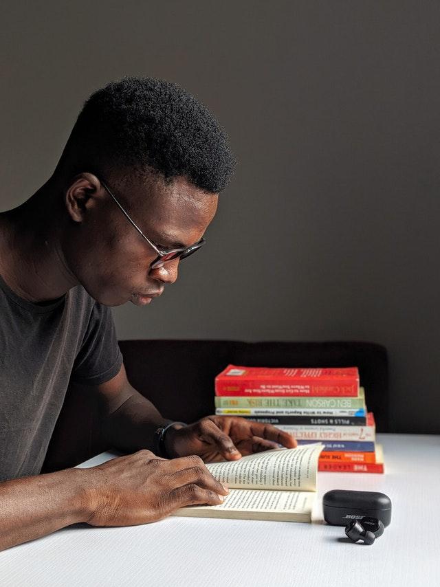 Etudiant studieux et assidu au travail