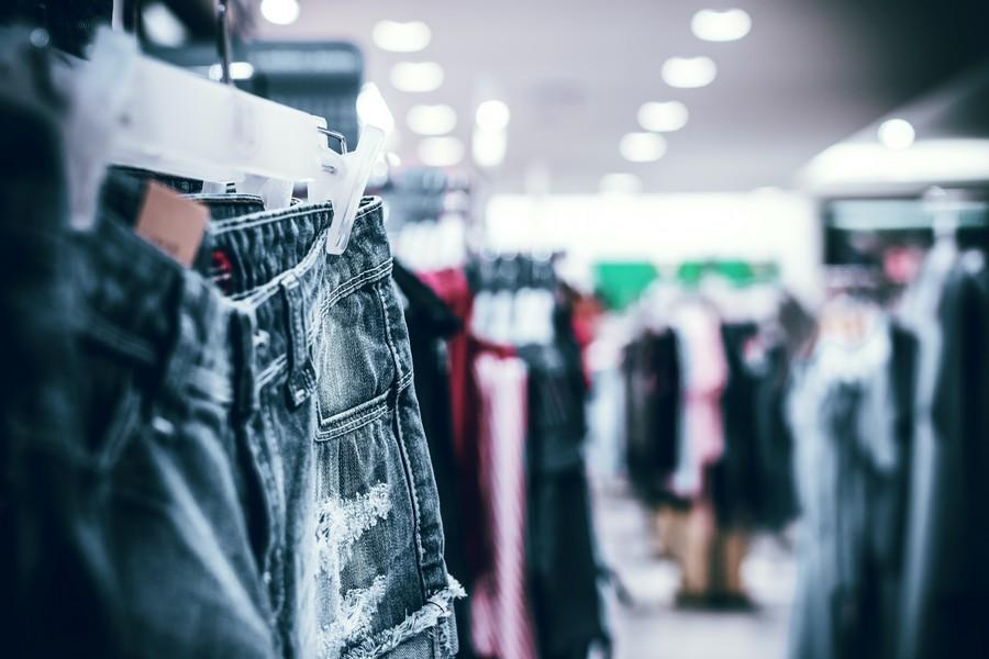 mise en vente de vêtements sur des portants