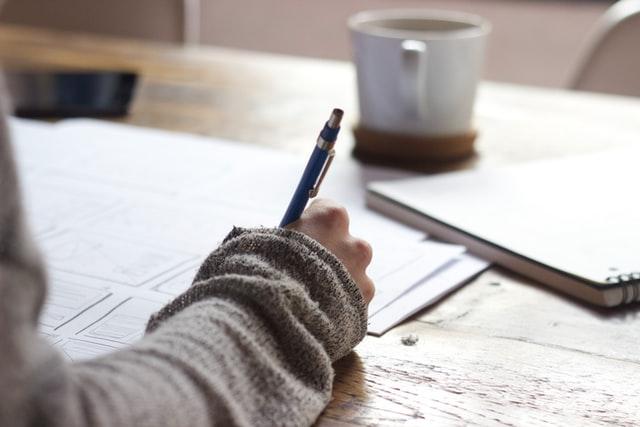 Révision d'une étudiante sur une table à bois