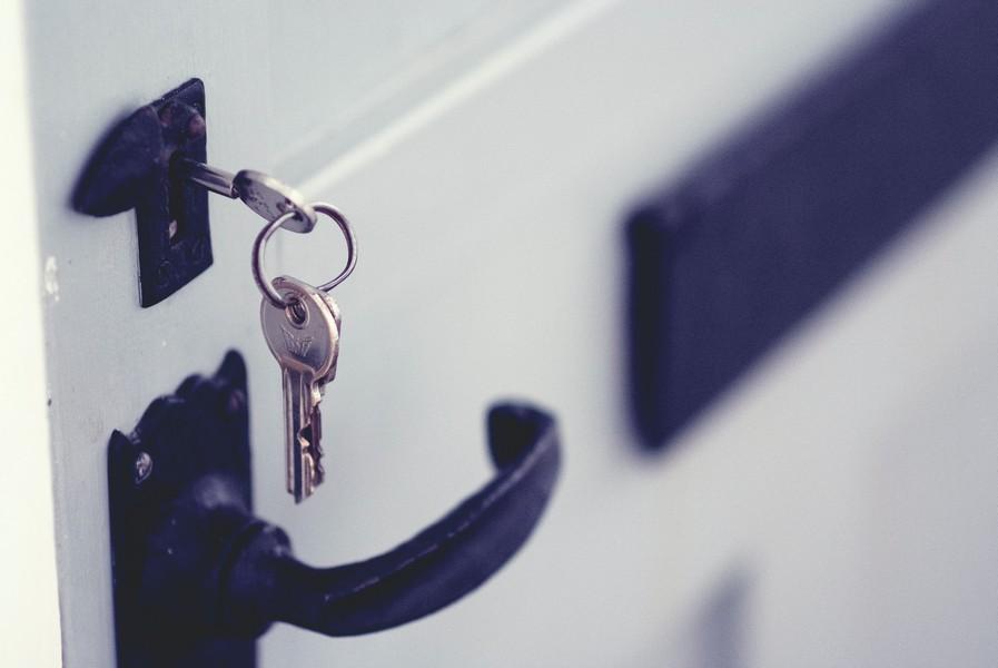 clés sur la porte d'entrée