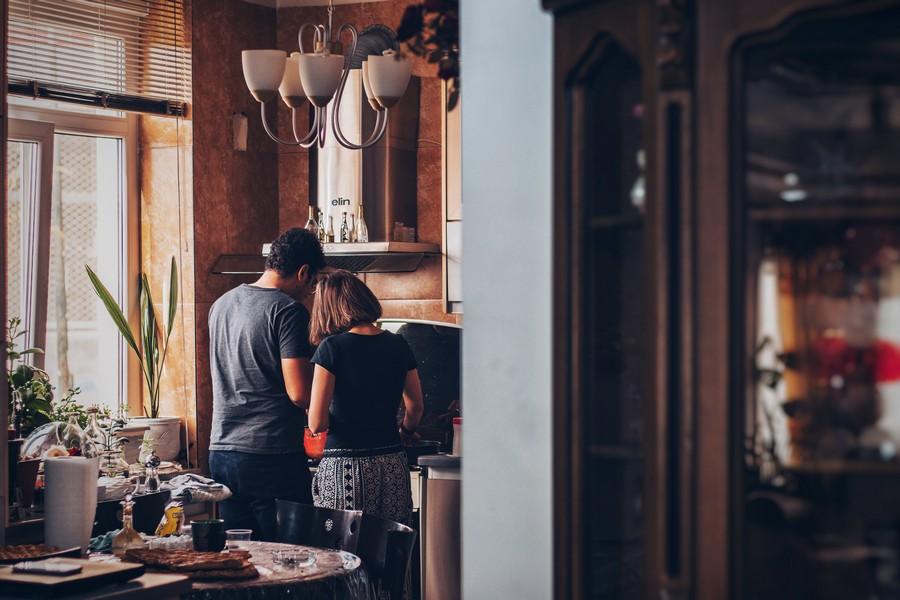 deux personnes qui échangent dans le cuisine d'une maison