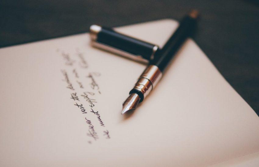 lettre avec un stylo sur le papier