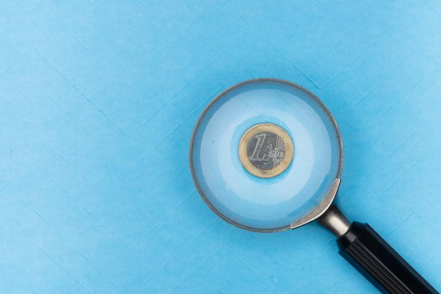loupe posée sur une pièce d'un euro