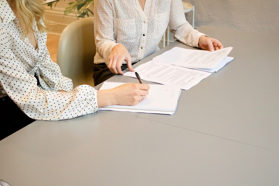 un employeur et son employé qui signent des papiers