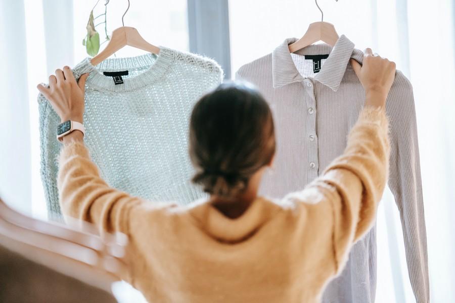 vendeuse qui tient deux chemises