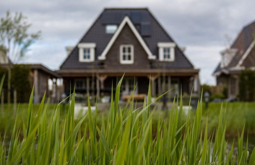 vue d'une maison familiale avec de l'herbe devant