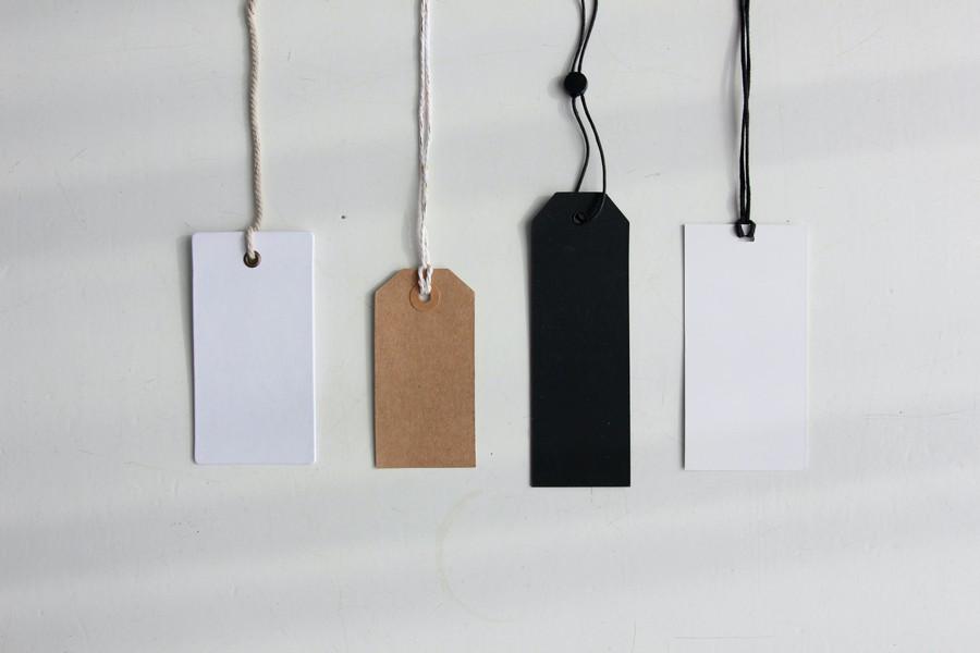 quatre étiquettes vierges pour inscrire un prix