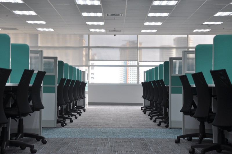 bureau avec des chaises et postes vides