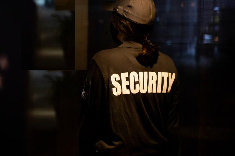 femme agent de sécurité de dos