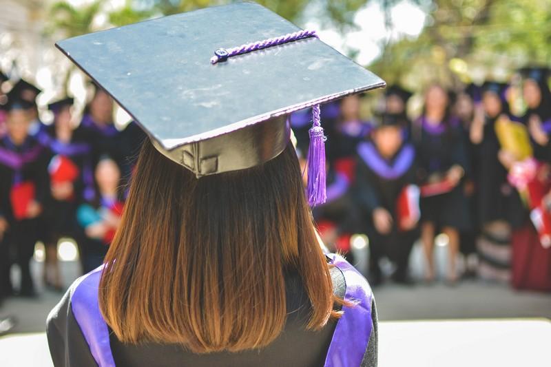 femme de dos qui est diplômée