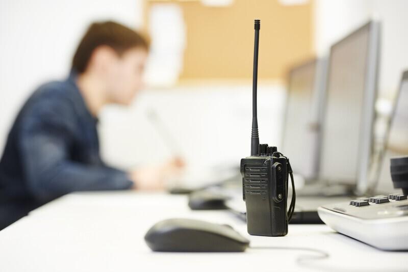 femme qui travaille dans la sécurité avec un talkie walkie